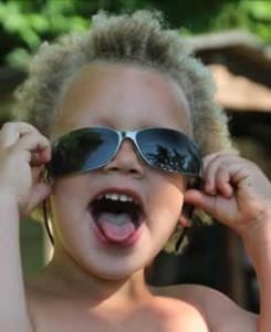 Sonnenbrille, Kinderlachen, zunge raustrecken